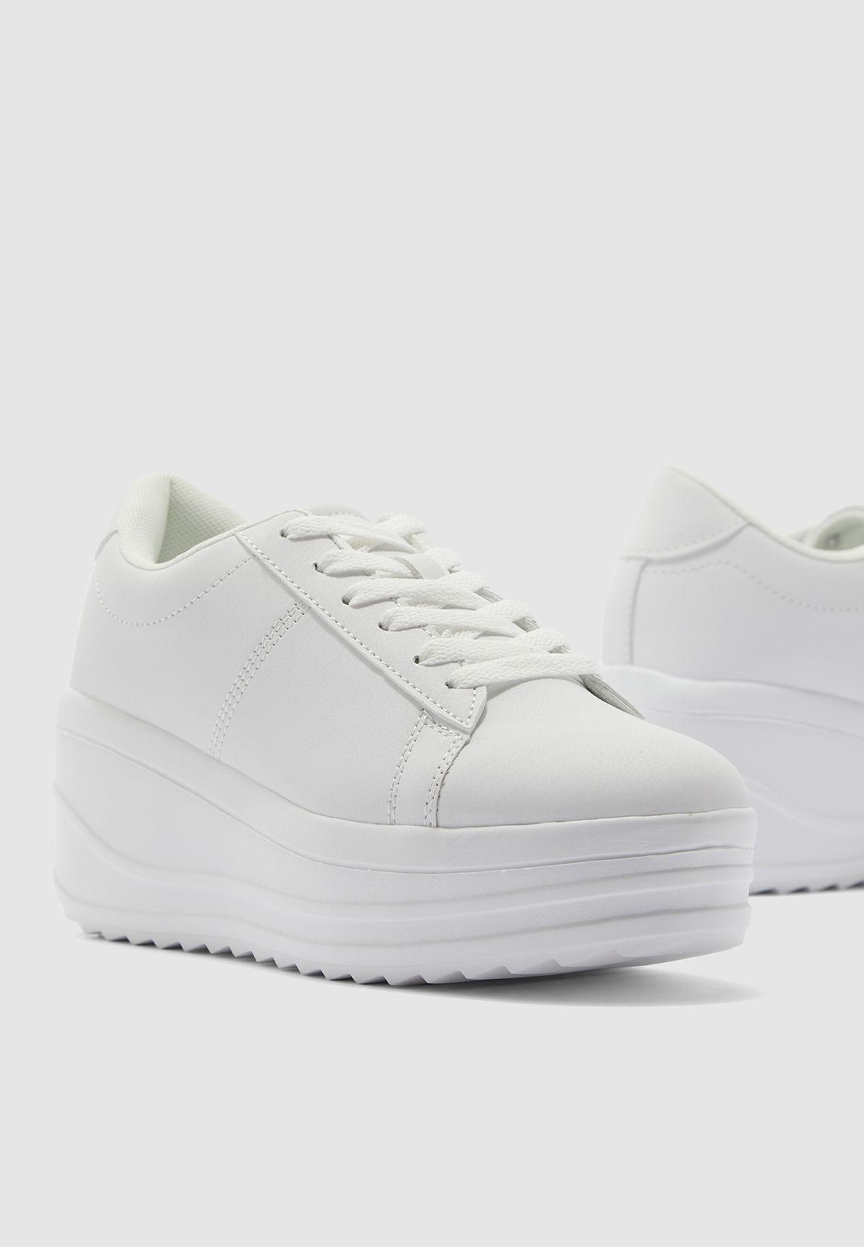 حذاء سنيكرز بأربطة