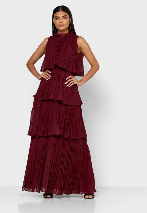 فستان بياقة عالية وطبقات كشكش