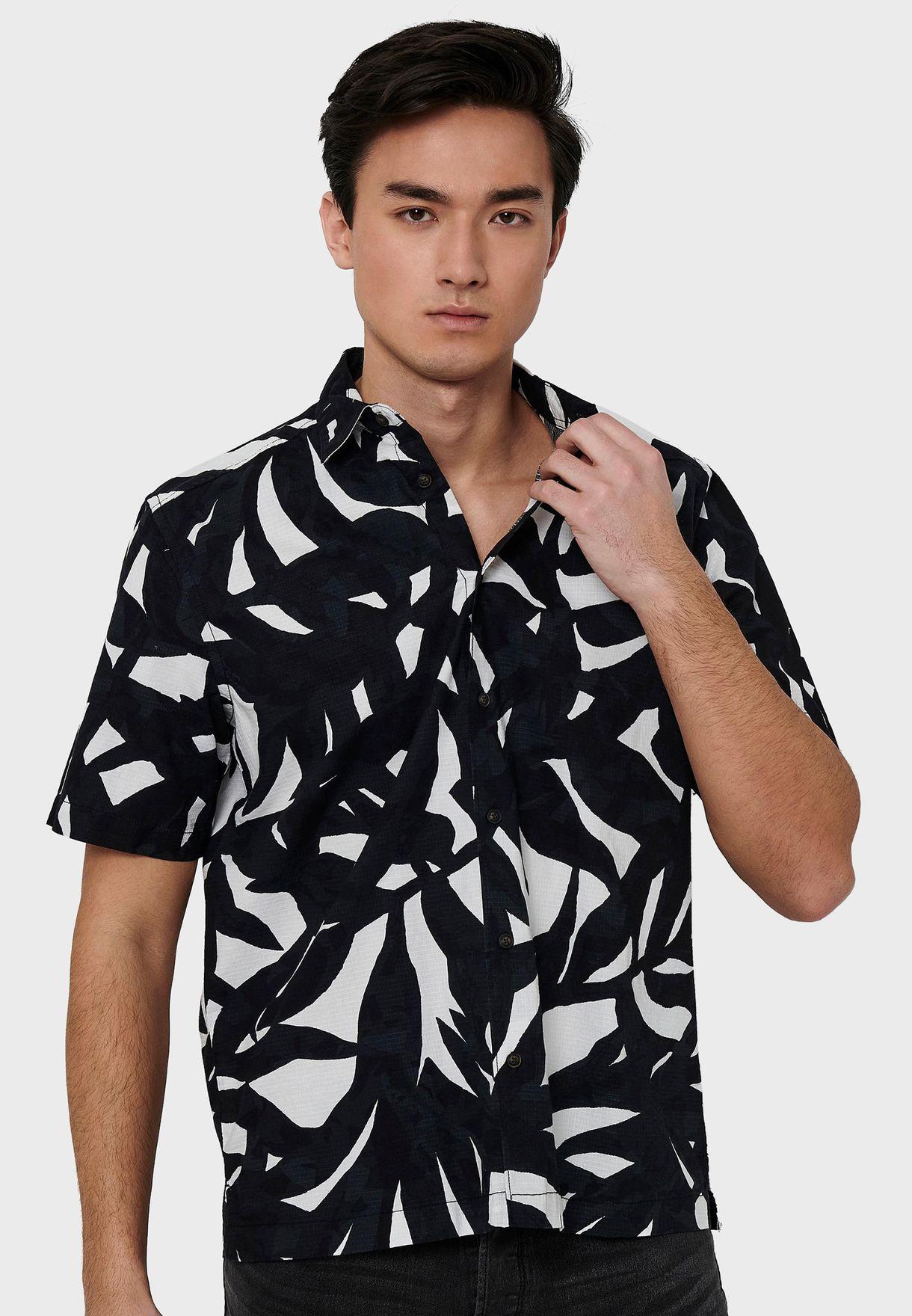 قميص بطبعات أوراق أشجار
