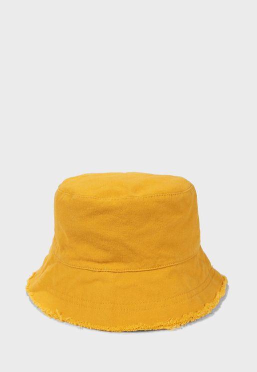 قبعة مزينة بشراشيب