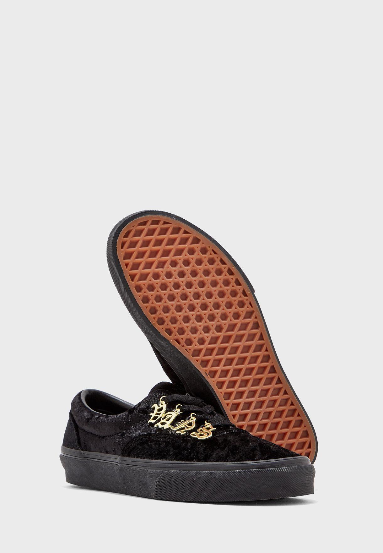 حذاء مزين بقلادات