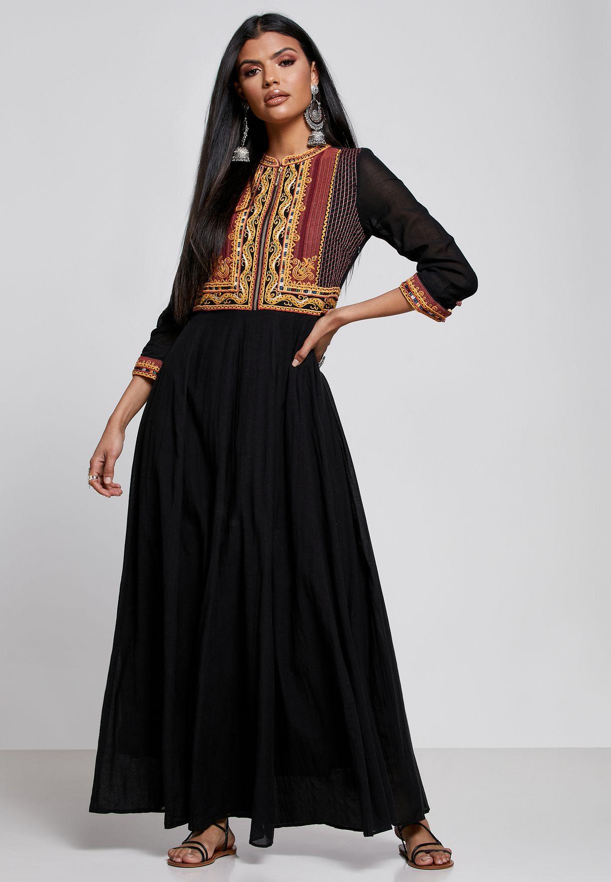 فستان مزين بتطريز مغربي