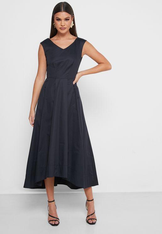 فستان بكسرات وحواف متبانية الطول