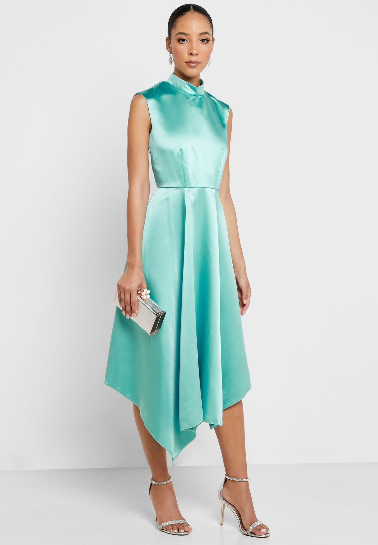 فستان بياقة عالية
