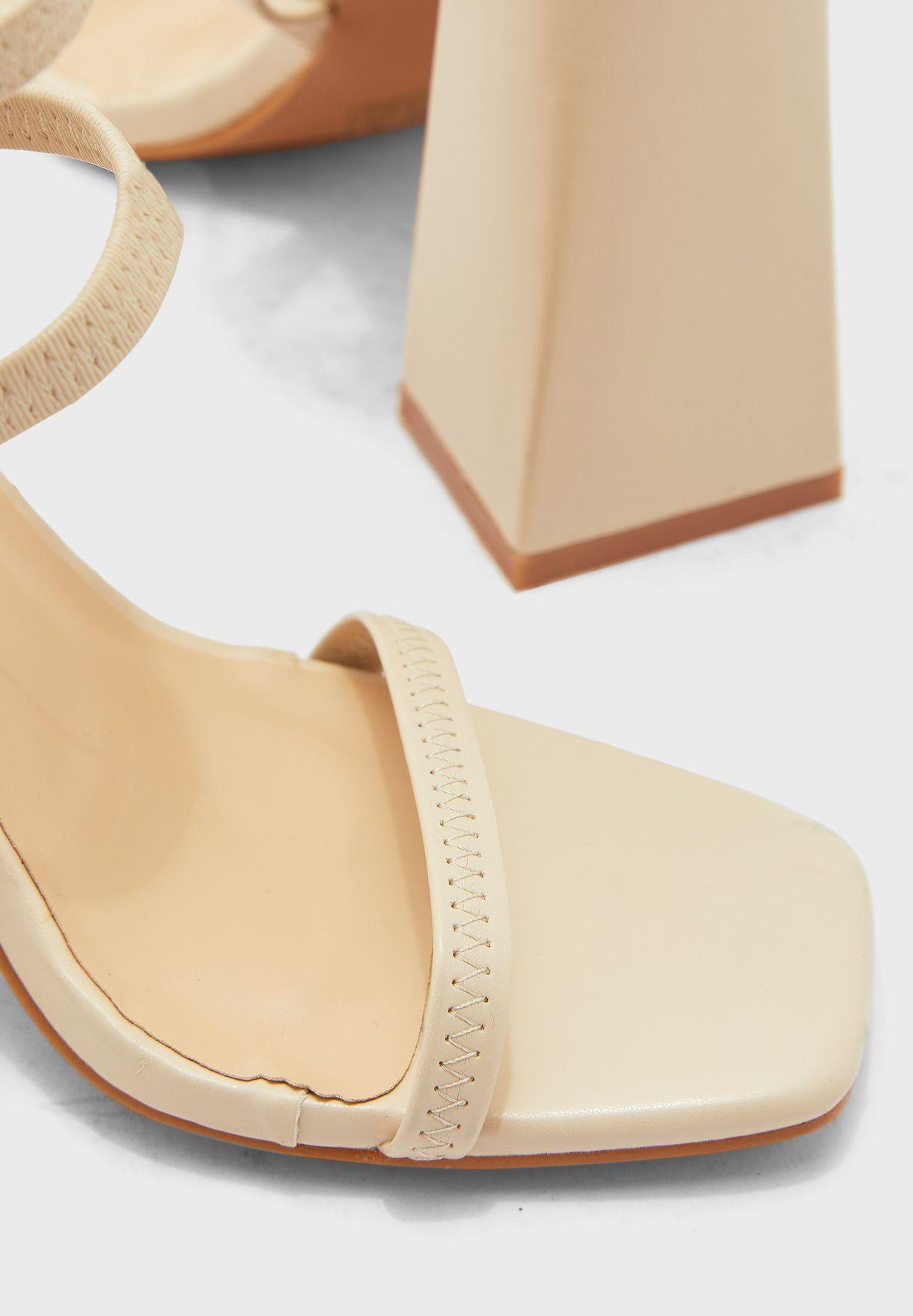 حذاء بسيور وكعب عالي عريض