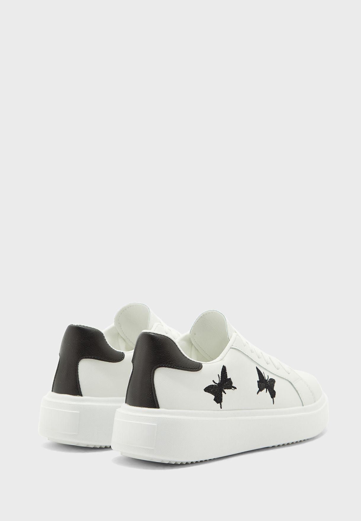 حذاء سنيكرز مزين بفراشات