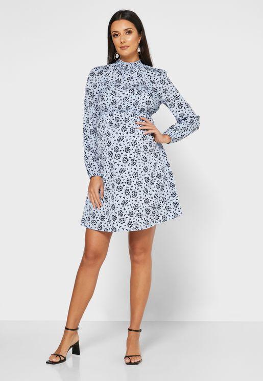 فستان بياقة عالية مزين بطبعات