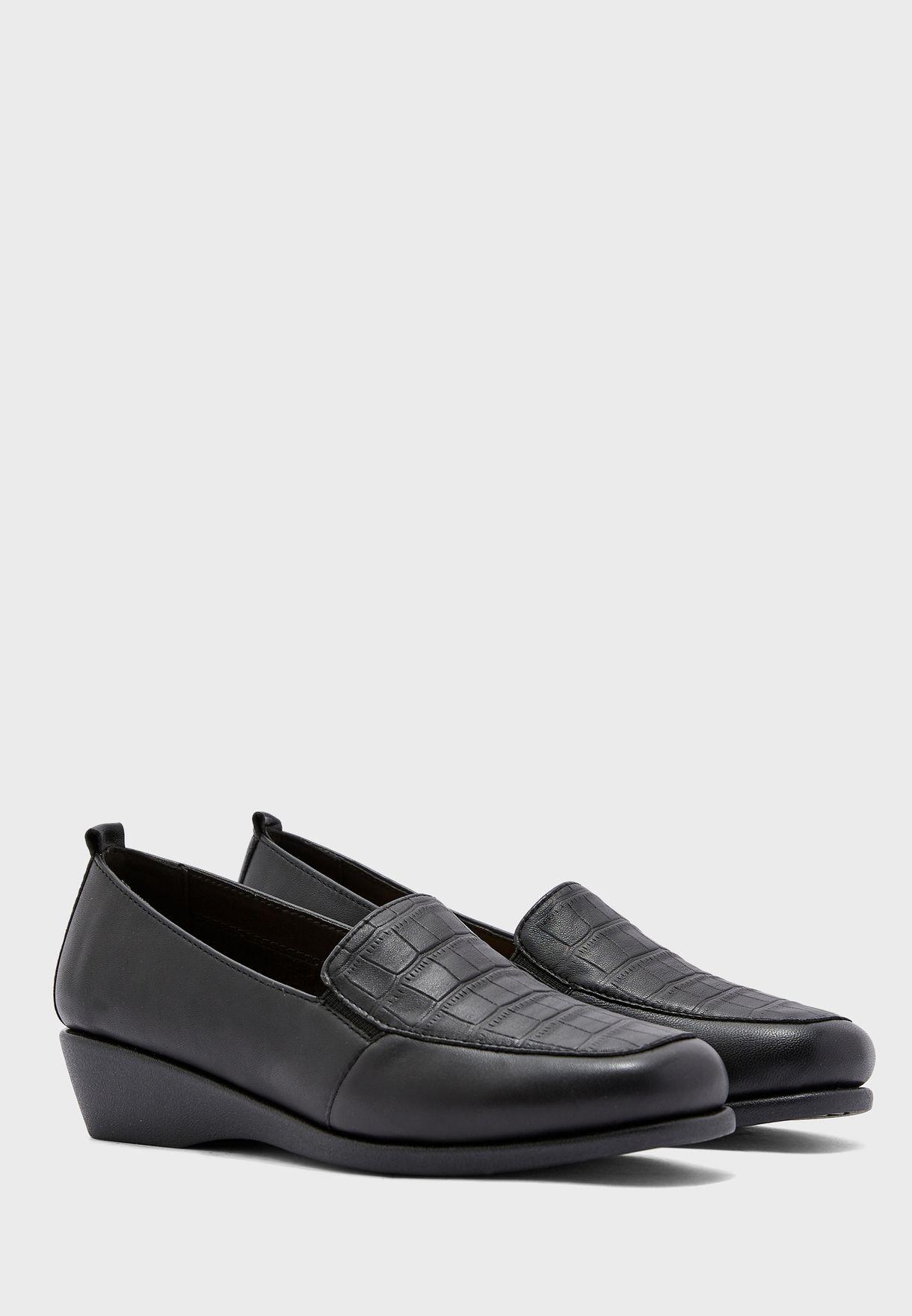 حذاء بكعب ويدج