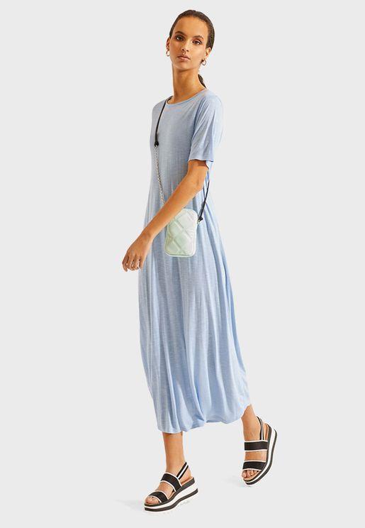 فستان بياقة دائرية