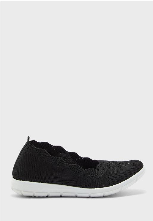 حذاء محبوك باطراف مقوسة
