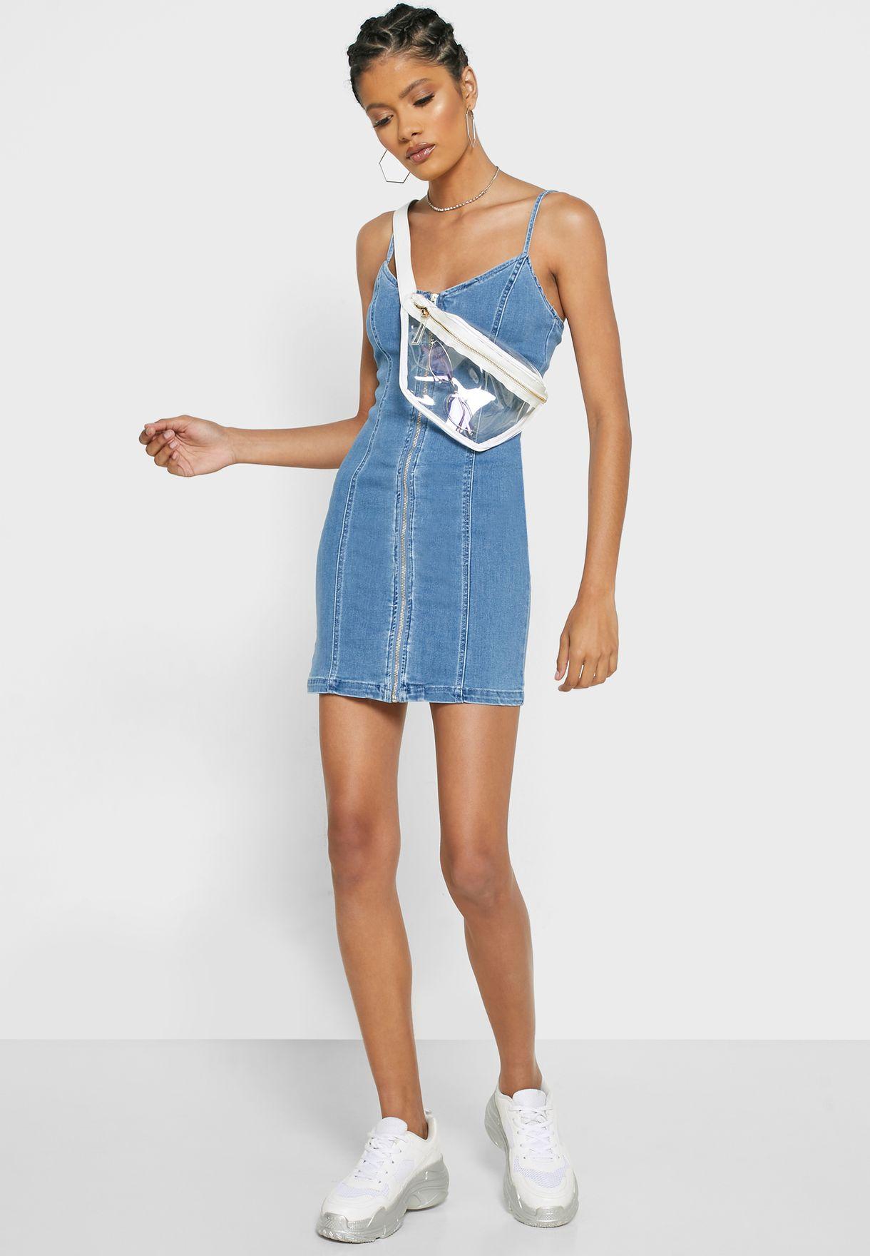 فستان جينز بحمالات اكتاف رفيعة