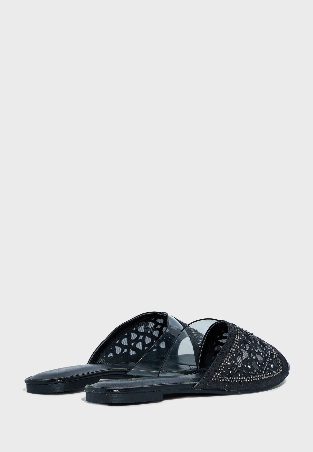 حذاء مزين بفتحات ليزر واحجار لامعة