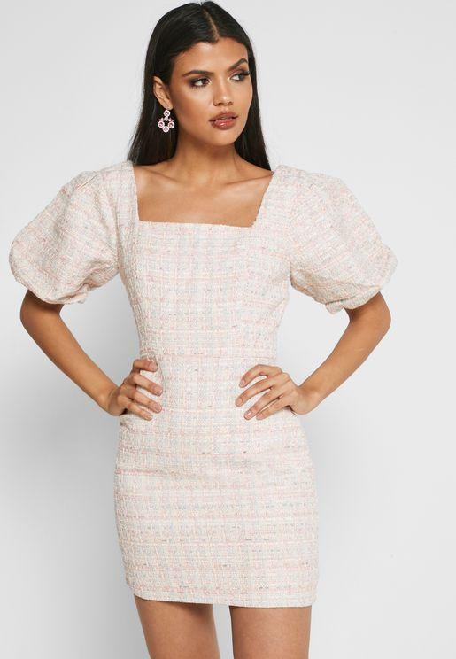 فستان بياقة مربعية واكمام منفوشة
