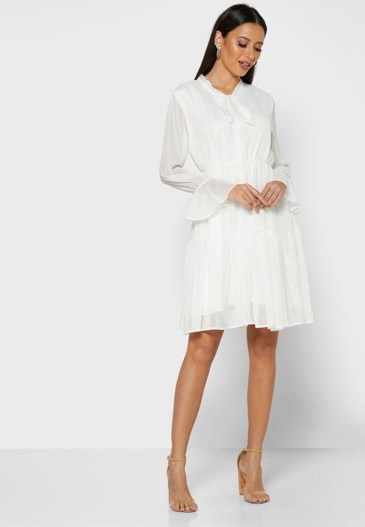 فستان بخطوط لامعة