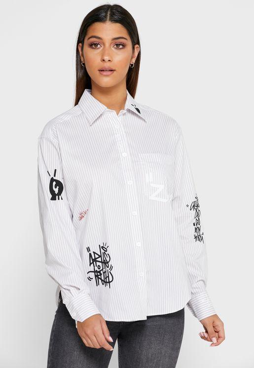 قميص مخطط ومزين بطبعات انيقة