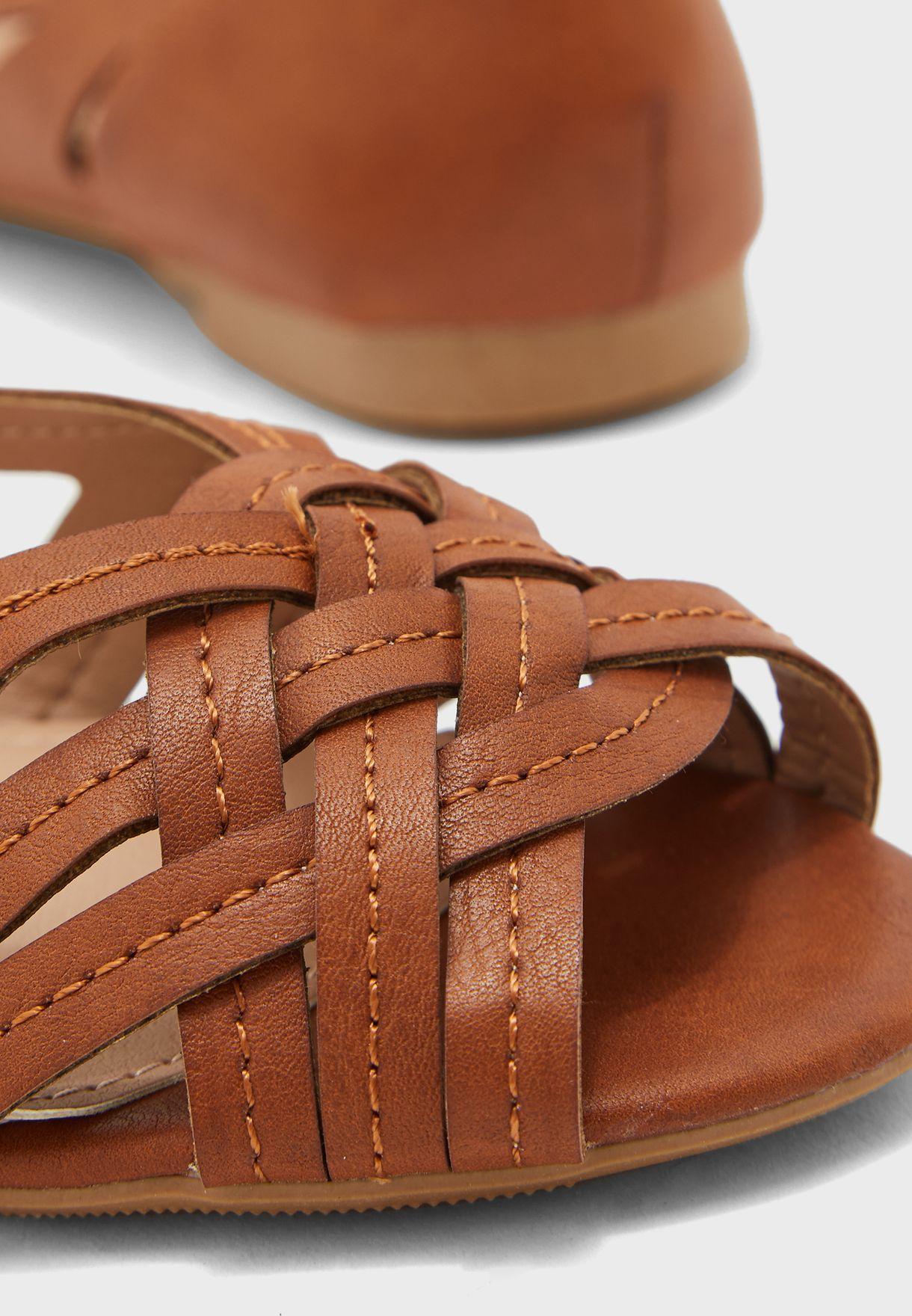 حذاء بالرينا يظهر الاصابع الامامية