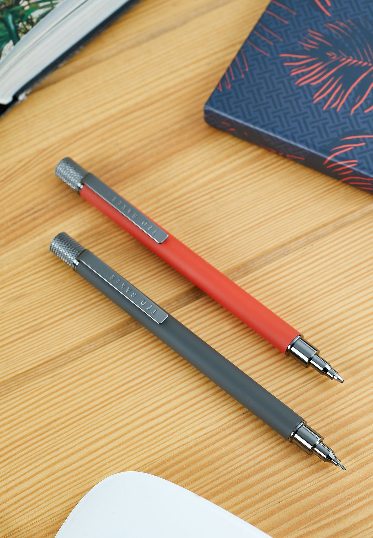 قلم حبر وقلم رصاص