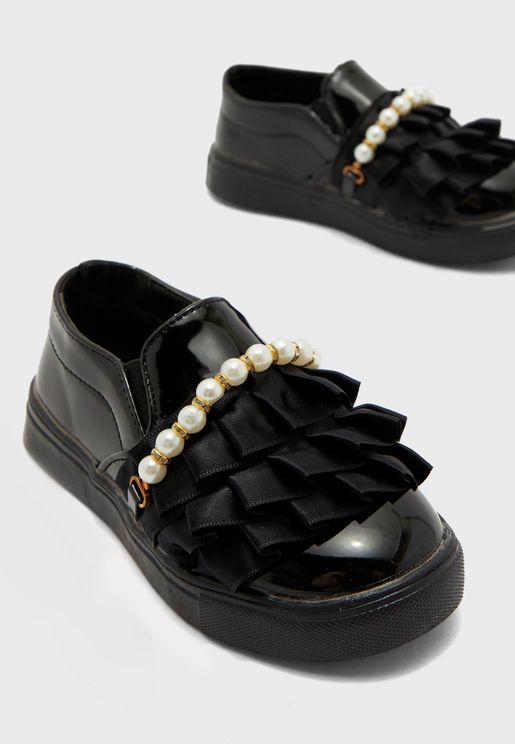حذاء مزين بكشكش ولؤلؤ