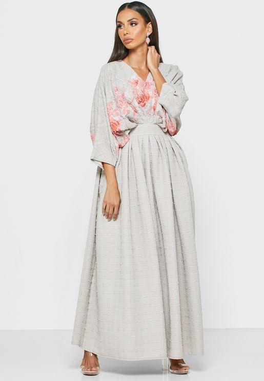 فستان بازهار مطرزة وبحافة واسعة