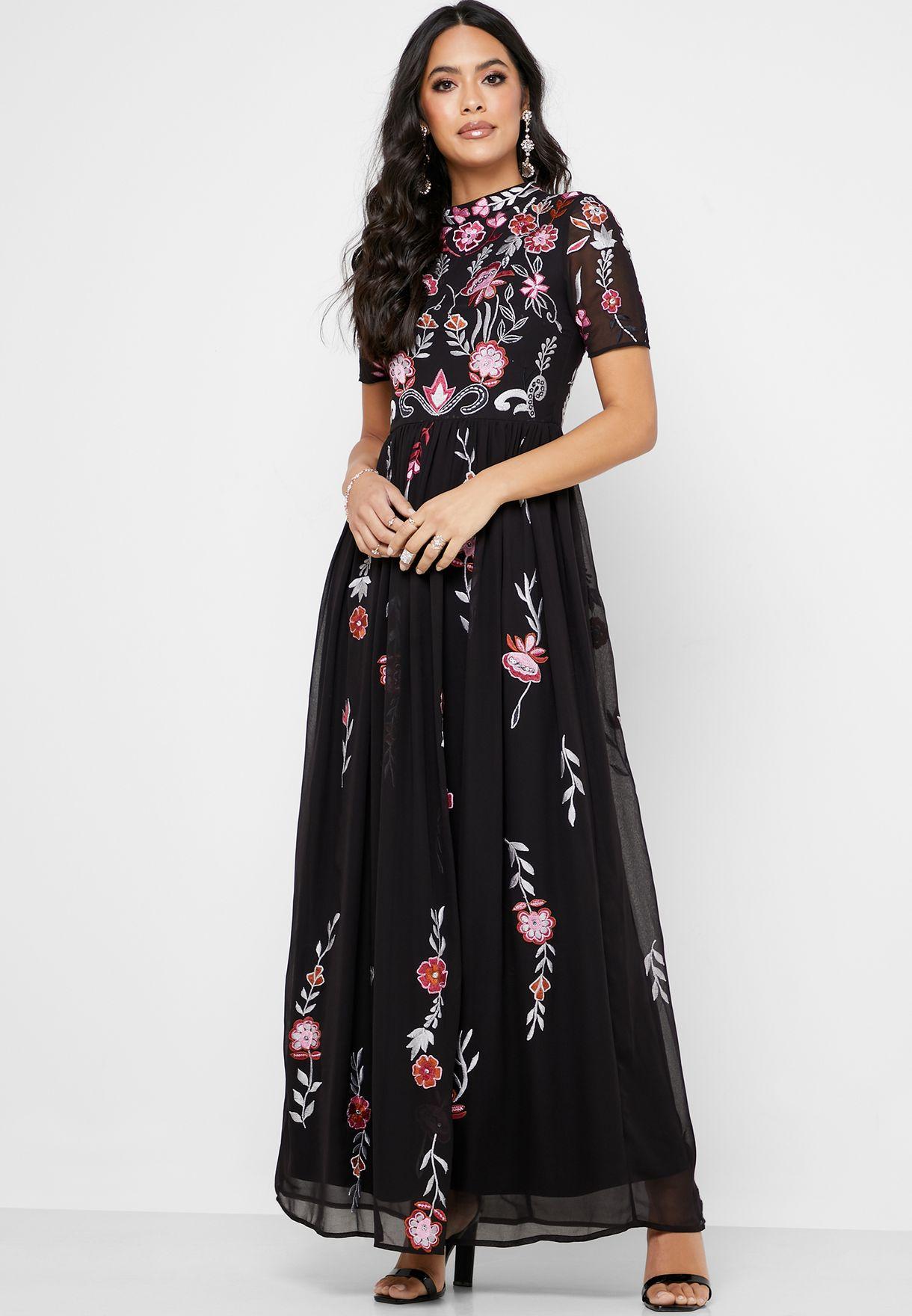 فستان مطرز بياقة مرتفعة