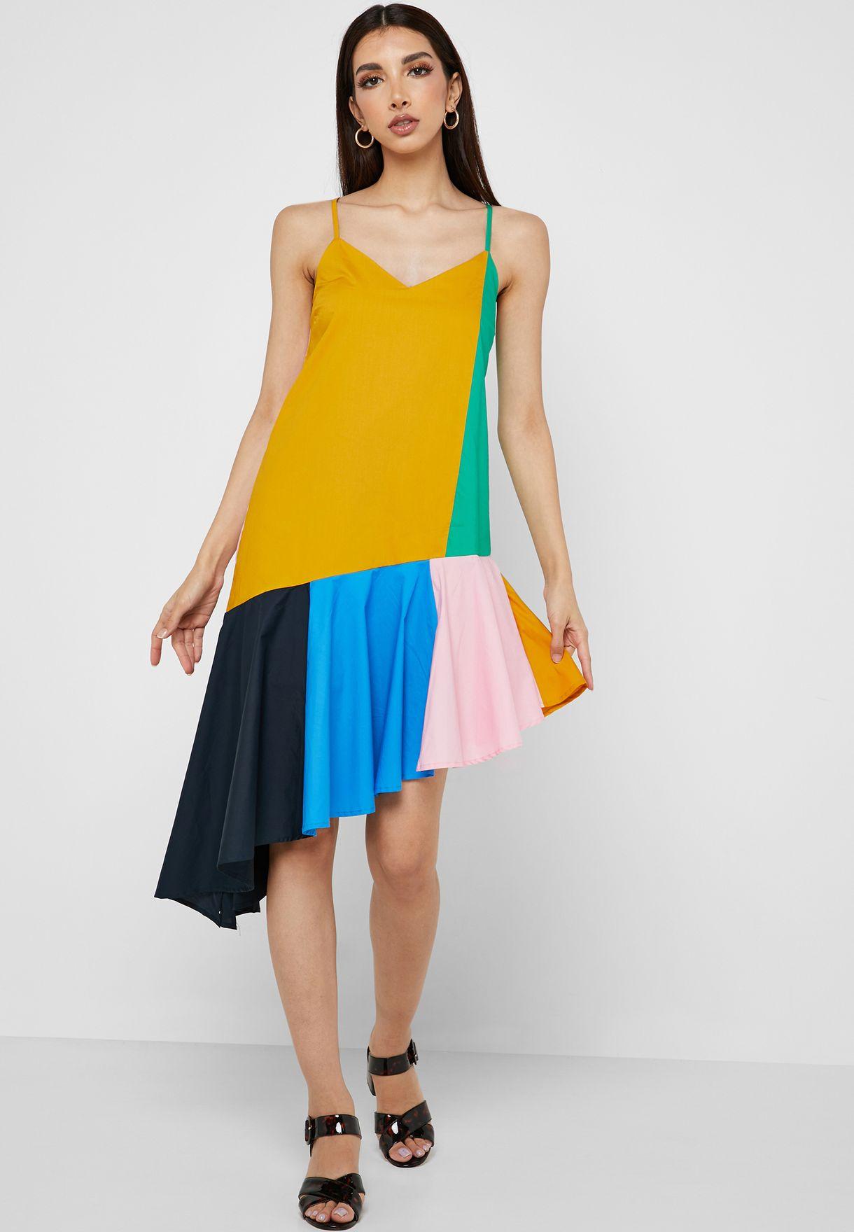 فستان بحمالات كتف ونمط كتل الالوان