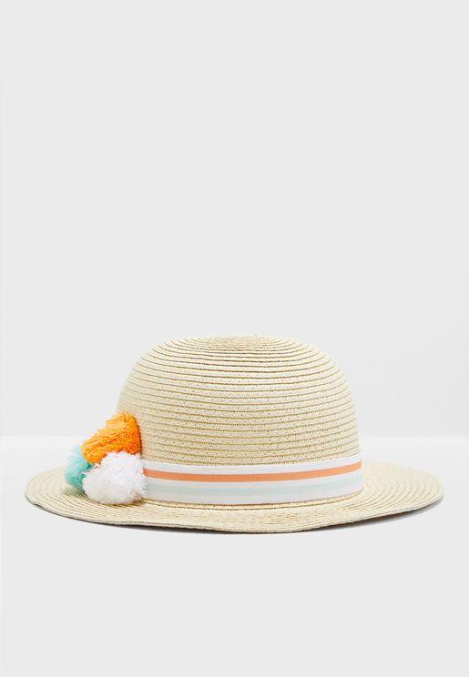 قبعة مزينة بكرات بوم بوم