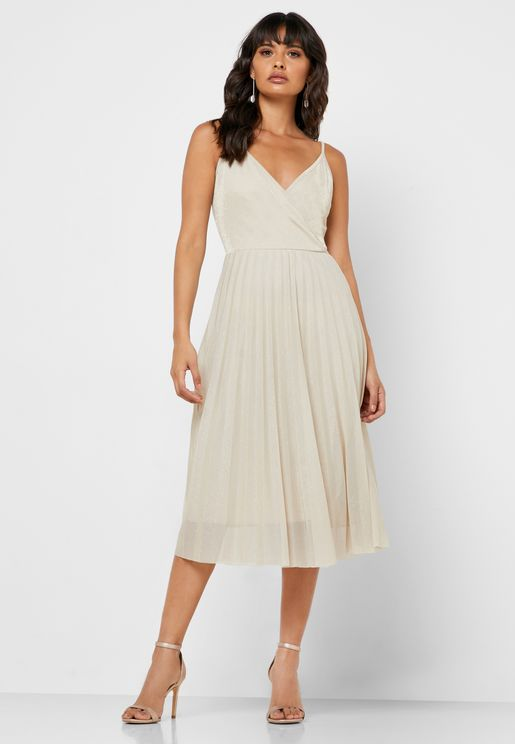 فستان لف بياقة واسعة و كسرات