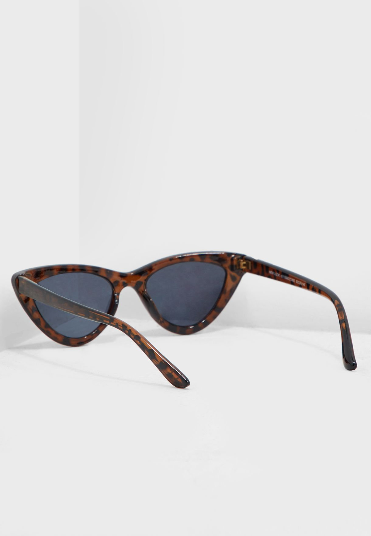 نظارة شمسية بشكل عين قطة
