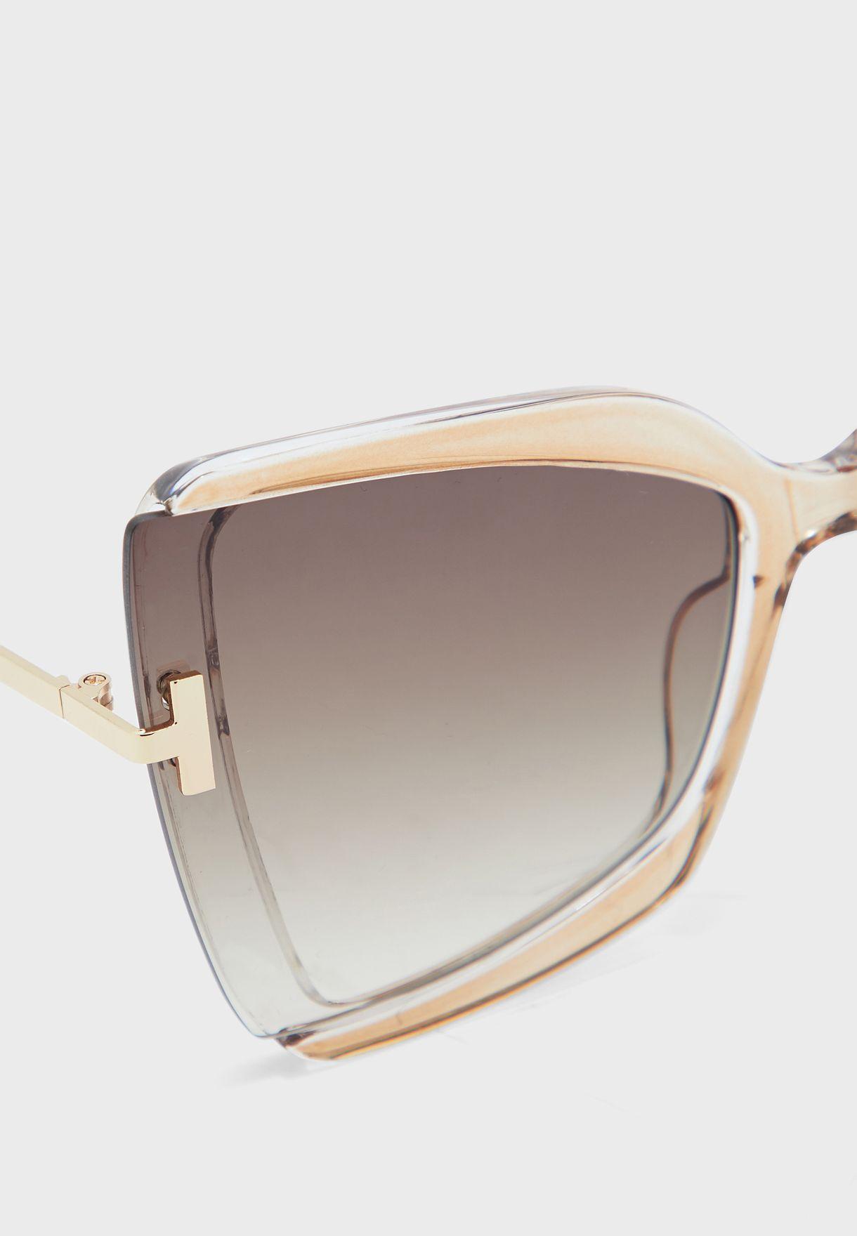 نظارة شمسية بعدسات كبيرة