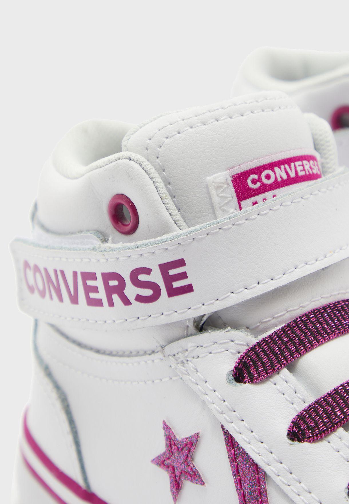 حذاء رياضي بشعار الماركة