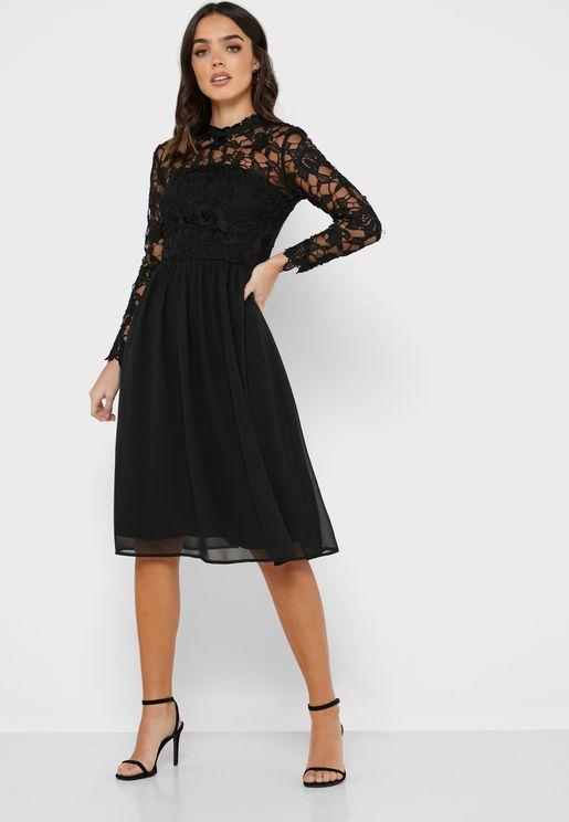 فستان بحافة واسعة مزين بدانتيل