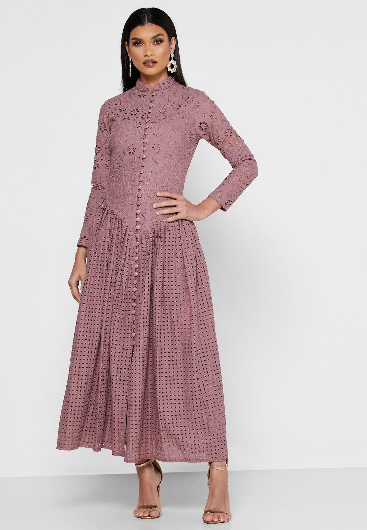 فستان بتداخلات شفافة وازرار