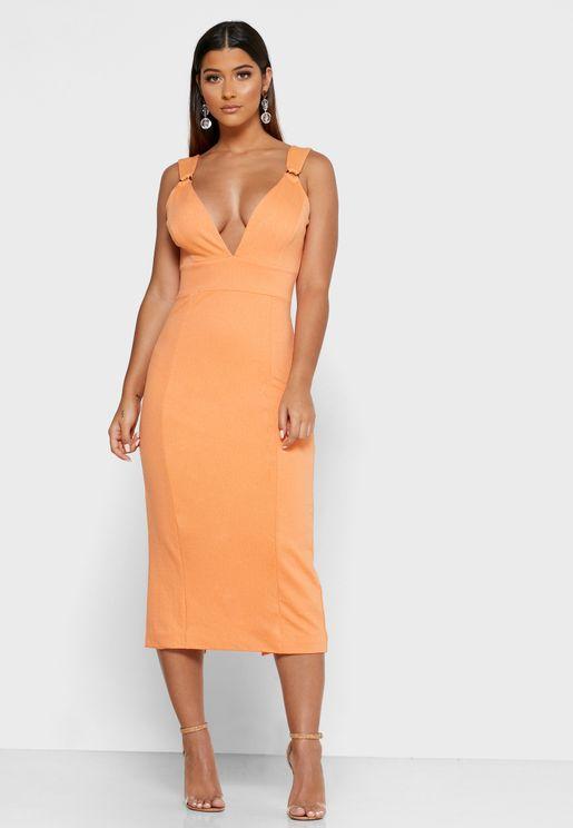 فستان بفتحة ياقة واسعة وحمالات مزينة بحلقات