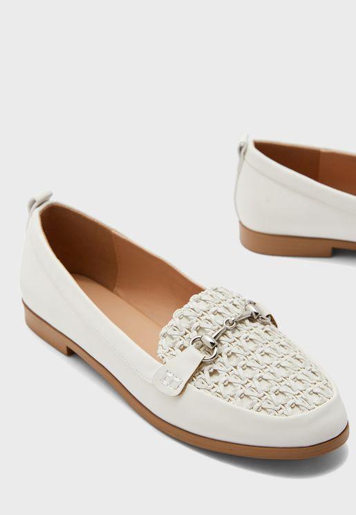 حذاء بقطعة معدنية