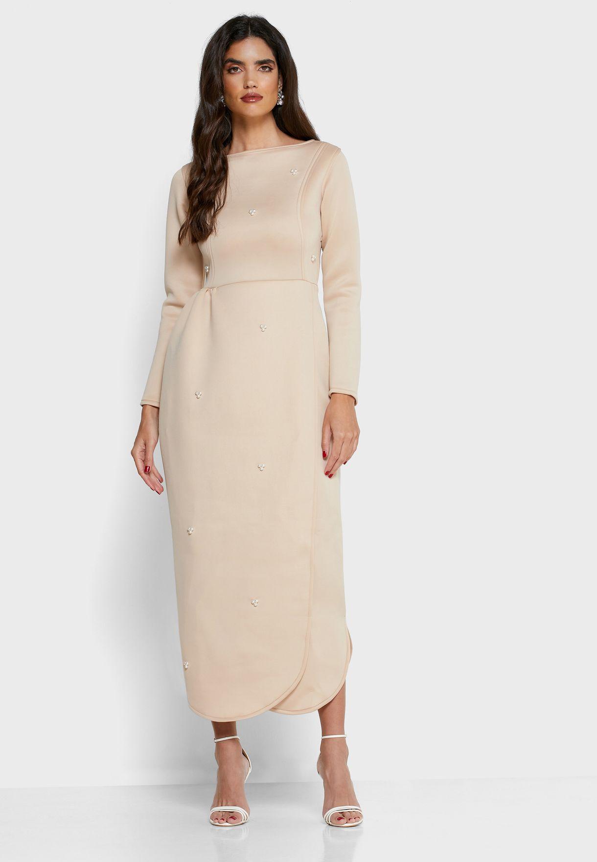 فستان بنمط لف ومزين باللؤلؤ
