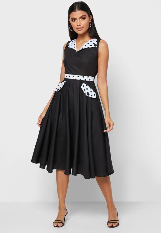 فستان بياقة كلاسيكية واطراف واسعة