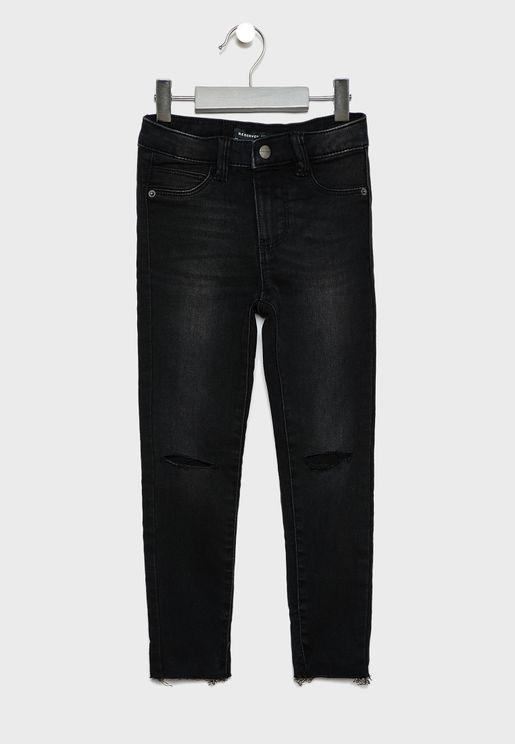 جينز بأجزاء ممزقة