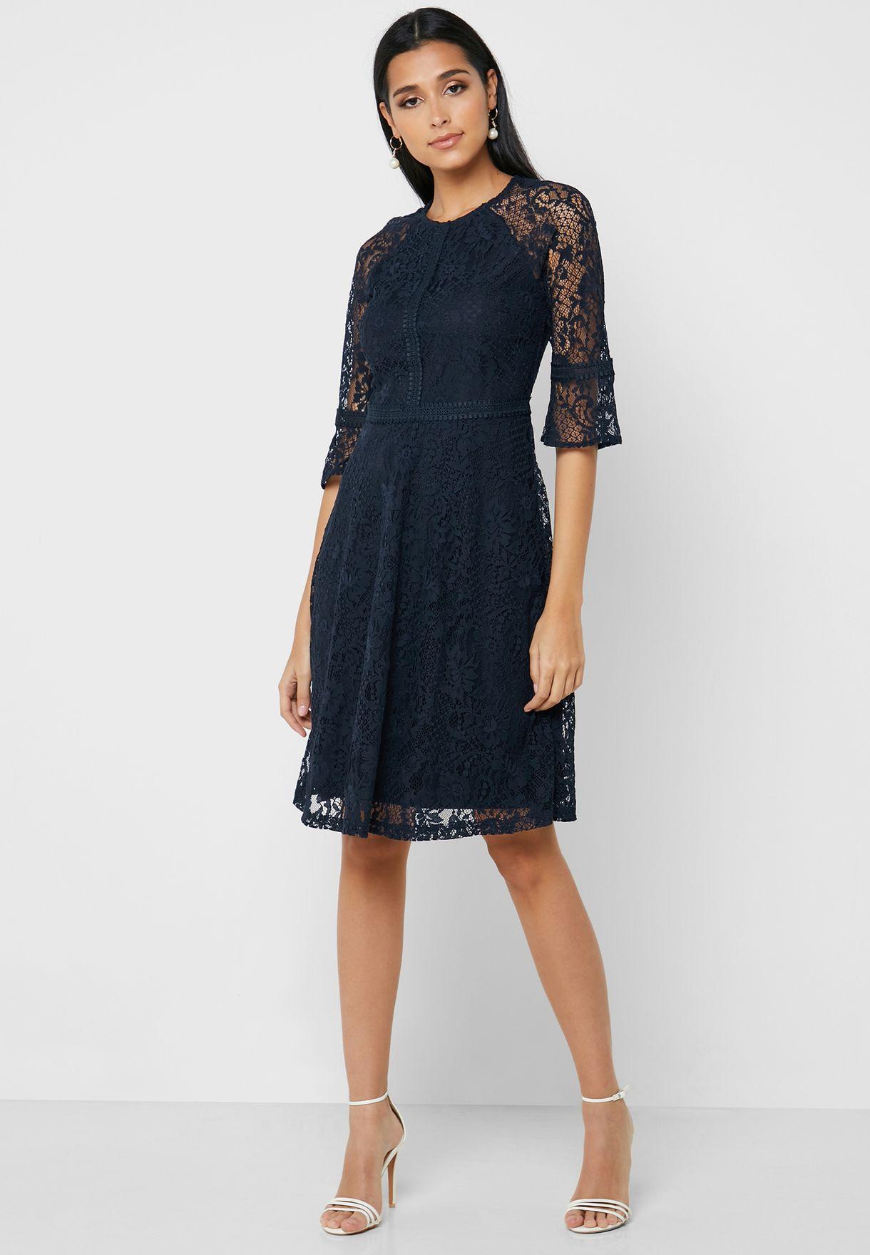فستان دانتيل باكمام شفافة