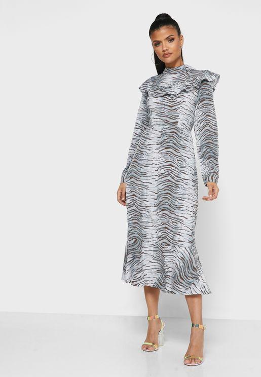 فستان بياقة عالية وأطراف مكشكشة