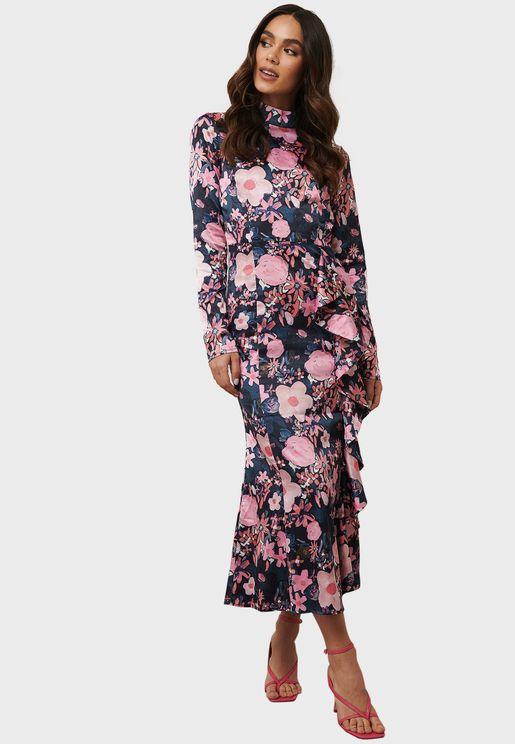 فستان بياقة عالية وطبعات ازهار