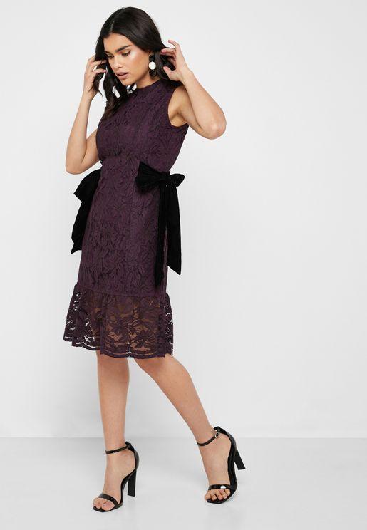 فستان دانتيل باربطة جانبية