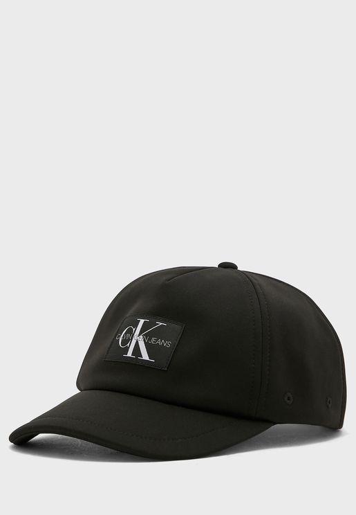 قبعة بمقدمة مقوسة