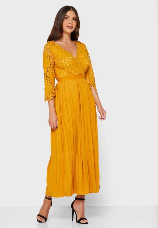 فستان بياقة V مزين بطيات