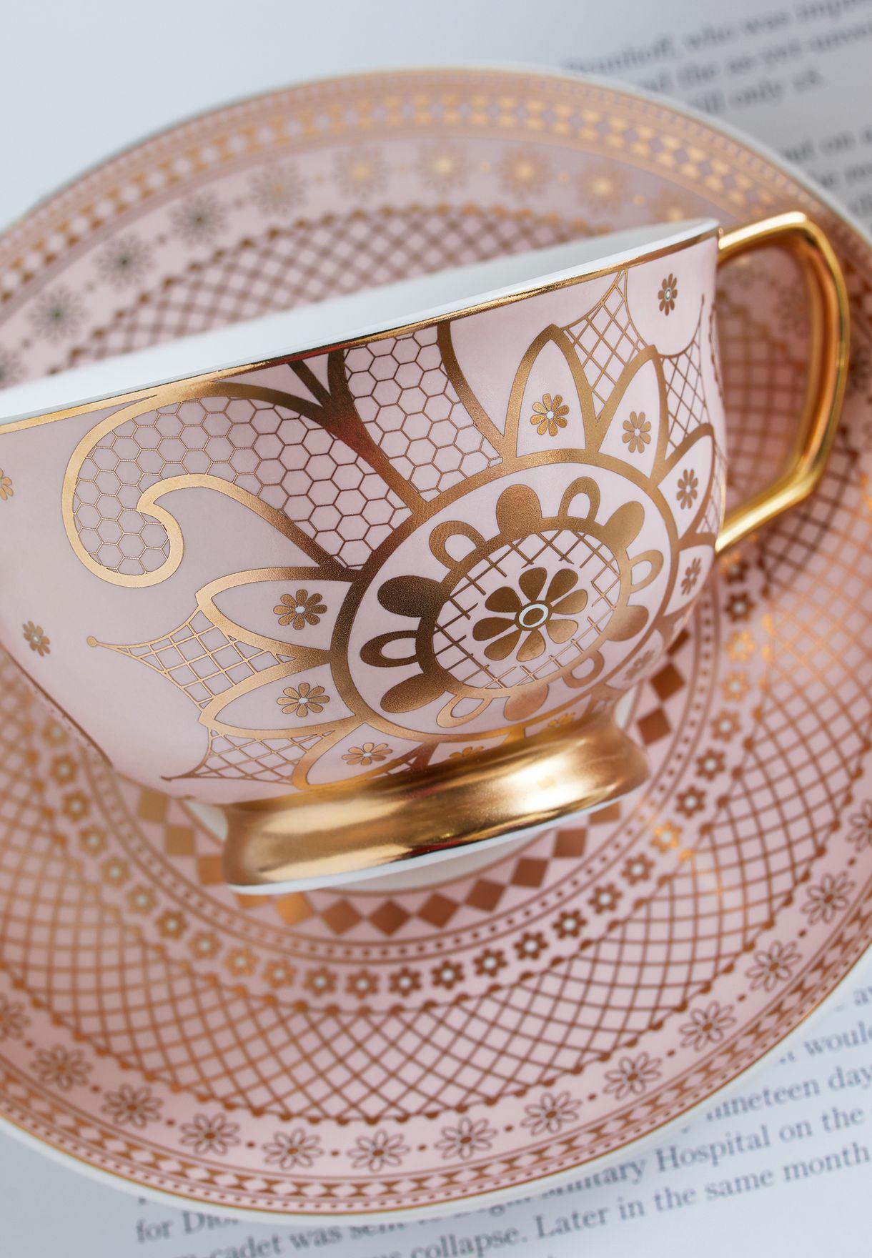 كوب شاي مع صحن بذهب