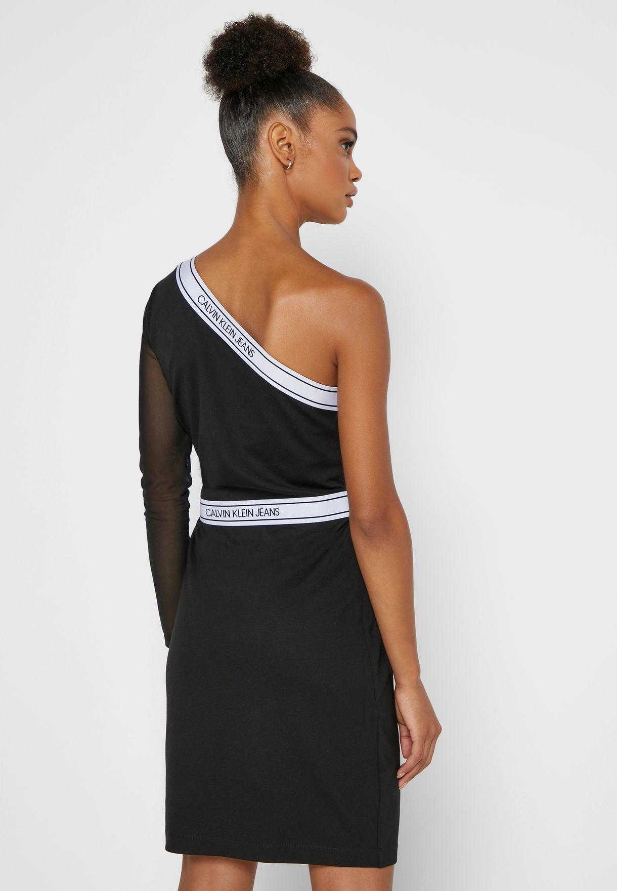 فستان بكتف واحد وكم طويل