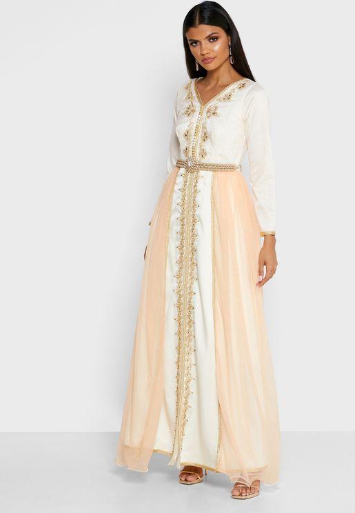 فستان لامع مزين بتطريزات