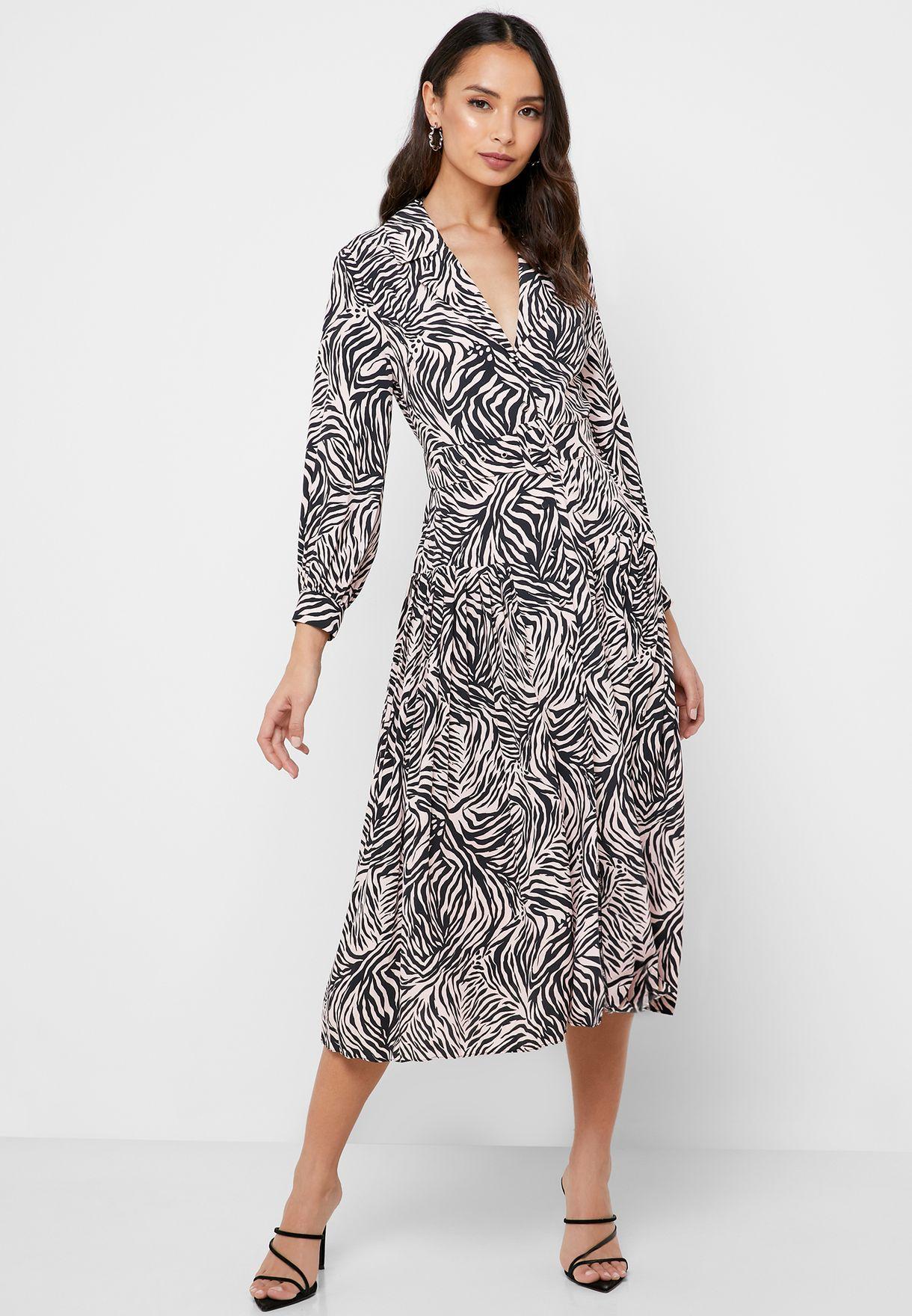 فستان بطبعات وازرار امامية