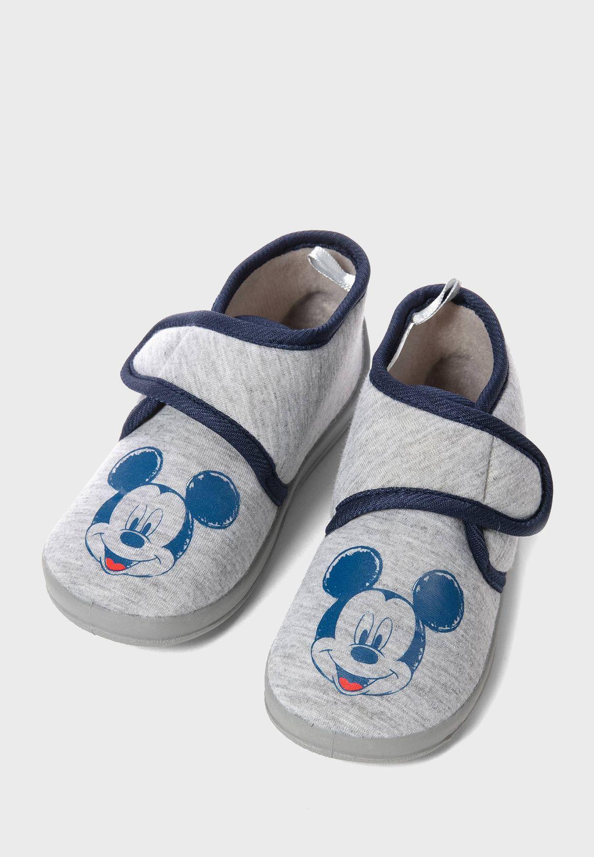 حذاء بطبعات ميكي ماوس