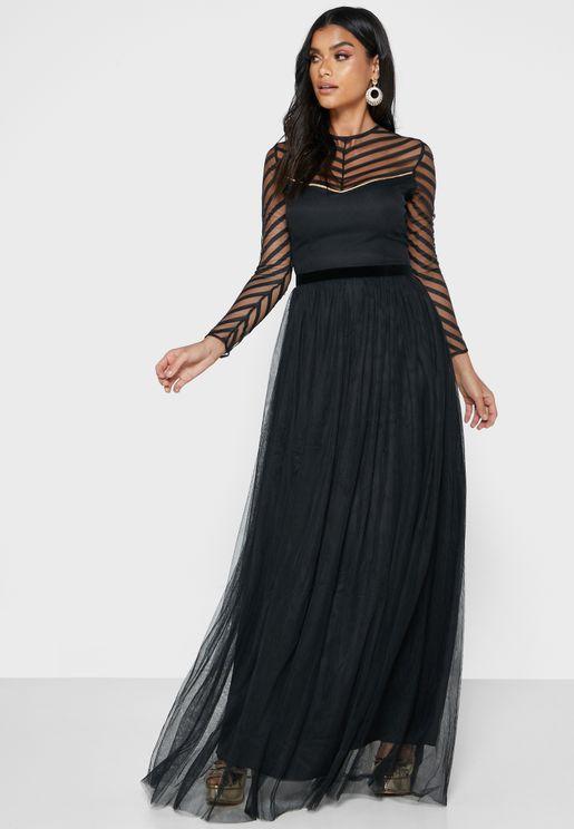 فستان بياقة شفافة