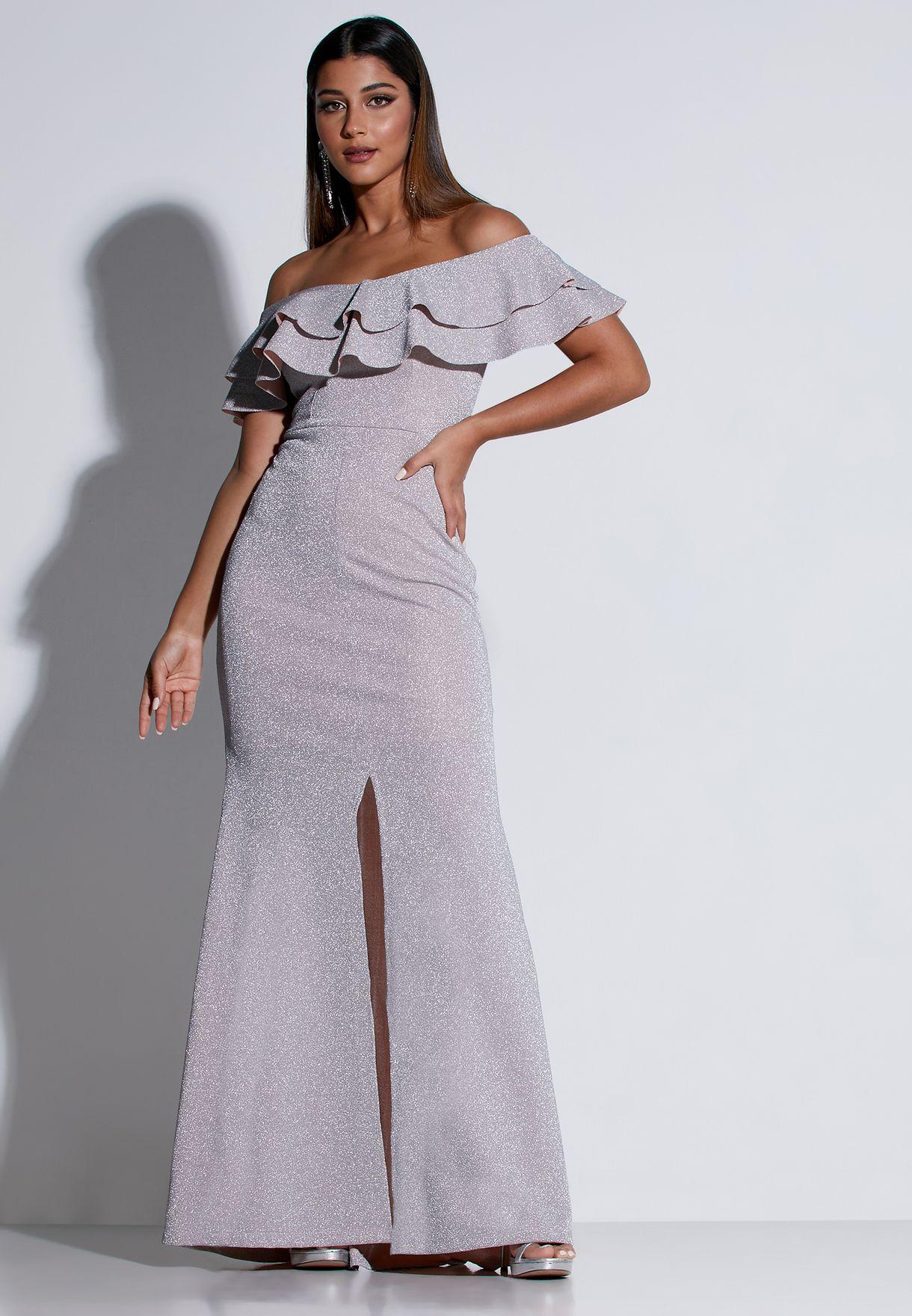 فستان ماكسي لامع ومكشكش يكشف الاكتاف